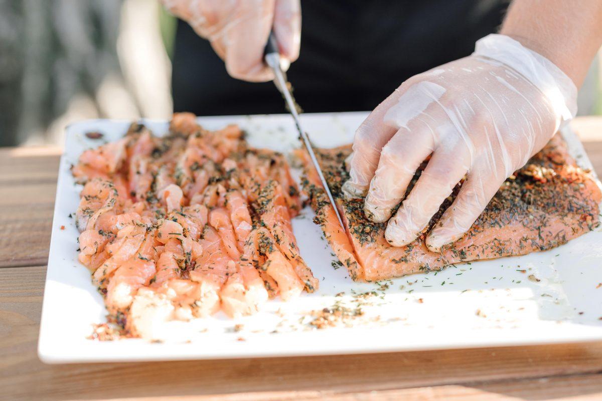 Animation culinaire stand découpe saumon Gravlax Mariage Traiteur Grand Belly Provence Occitane